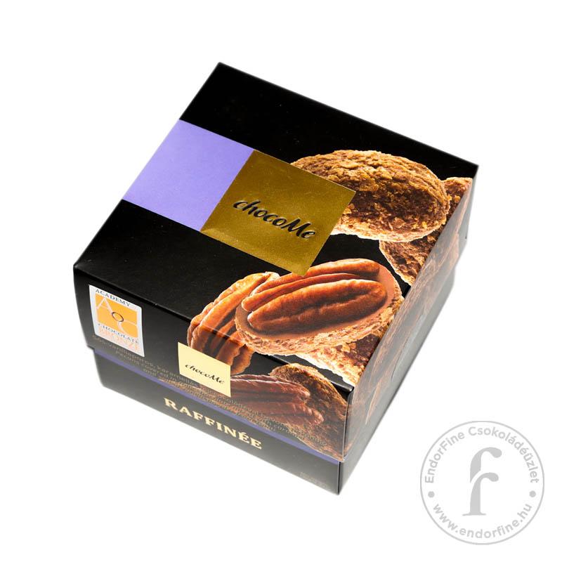 """ChocoMe """"Raffinée"""" Pekándió sós-vaníliaporos-karamellás-34%-os tejcsokoládéban, hántolt ostyával 120g"""